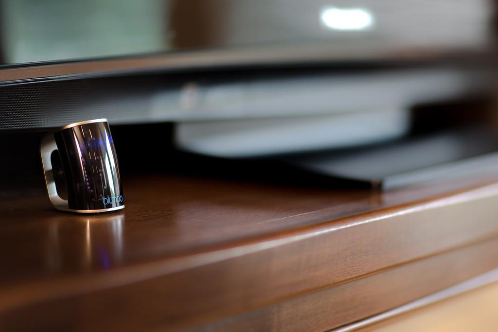 赤外線式の家電全てを1台で!あなたのスマホをユニバーサルリモコンへと変える「Blumoo」