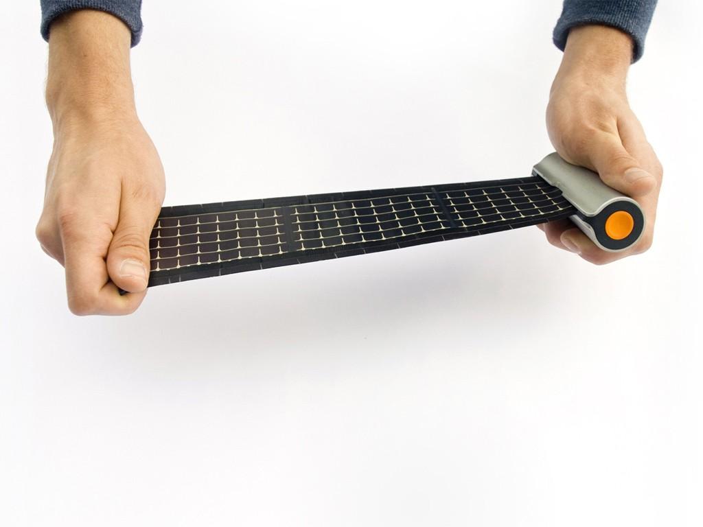 もうバッテリーに困らない!巻物みたいなコンパクトソーラー充電器「Rollable Solar Charger」