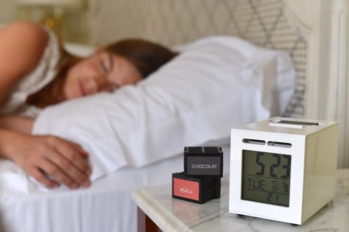 海辺の香り?それともピーチ風味? 匂いで起こす目覚まし時計で最高の目覚めを