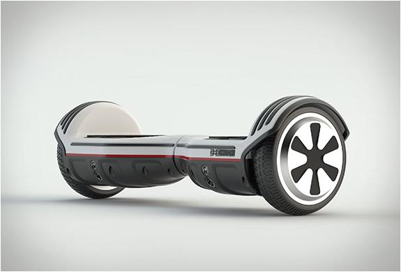 ハンドルなしのセグウェイみたい!スケボー感覚の立ち乗り電動二輪車「OXBOARD」