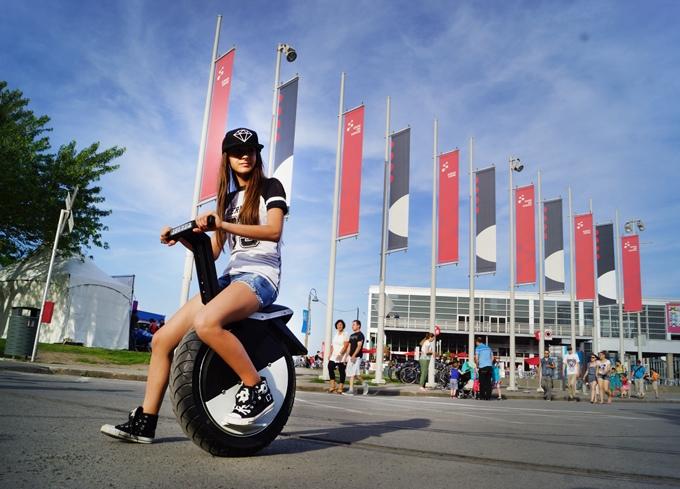 次世代セグウェイ登場!倒れないスマートな電動一輪車「Moto Pogo」