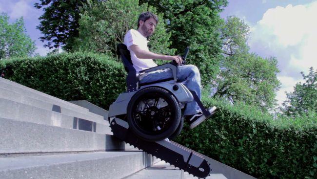 階段を昇降する「Scalevo Wheelchair」が車椅子移動を劇的に改善