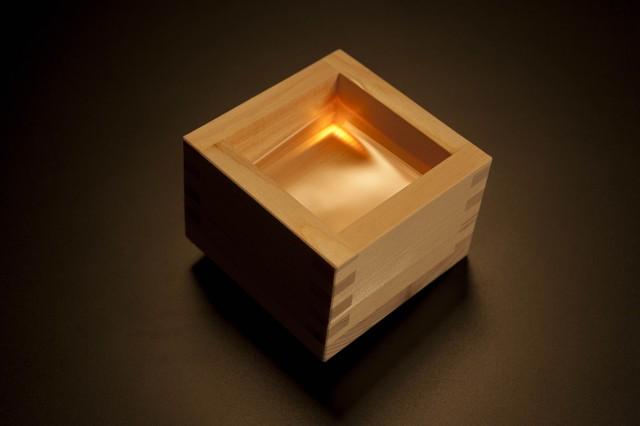 光で日本酒が美味くなる?エレクトロニクスとの融合で生まれた光るヒノキ枡「光枡」