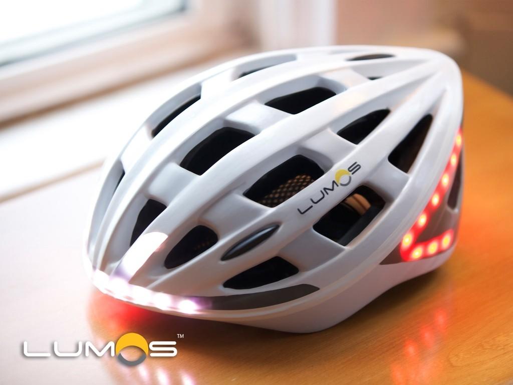 ブレーキランプとウィンカーを搭載!自転車用スマートヘルメット「Lumos」がスゴい