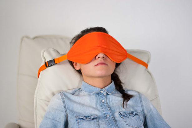 ロングトラベルでも極上の眠りを!頭をシートに固定する快適アイマスク「Sleeper」