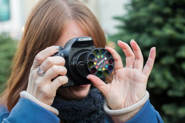デジタル一眼のレンズ交換でトイカメラ風に写せる「Holga Filter Wheel」