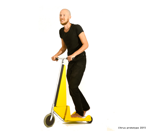 折りたためる電動スクーターで好きなところへレッツゴー
