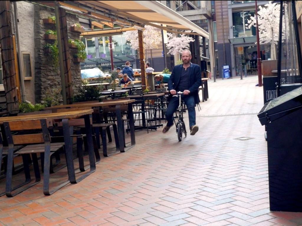 キックスクーターじゃないよ。一輪車のような超コンパクト自転車「Levicle Bike」