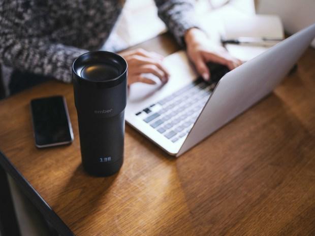 飲みごろ温度をねらってキープ!温度調節式スマートマグボトル「Ember」