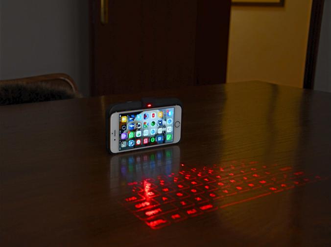 まだワイヤレスキーボードなの? バーチャルキーボード搭載スマホカバー「ViKC」