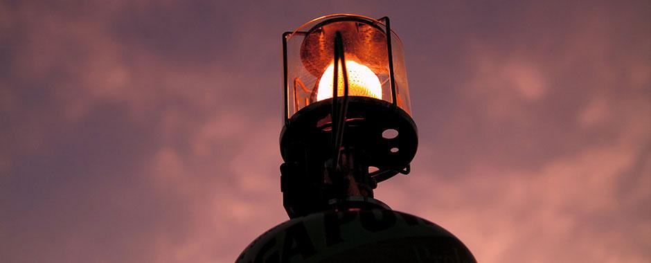 夜のキャンプを優しく照らす。知っておきたいランタンの種類とおすすめランタン10選