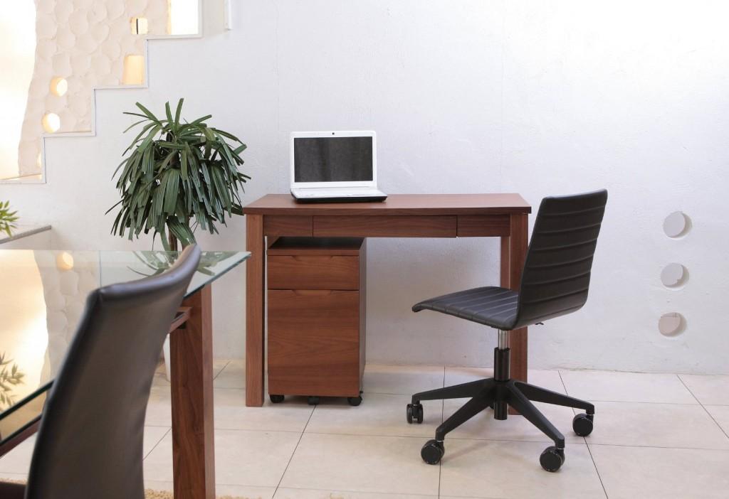 木の温もりで効率アップ。自宅作業スペースに木製シンプルデスクを取り入れよう