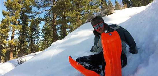 雪と一心同体!ウェアラブルなソリ「SLED LEGS」