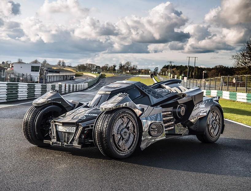 エンジンはランボルギーニ!バットマン アーカムナイトのバットモービルの実車登場