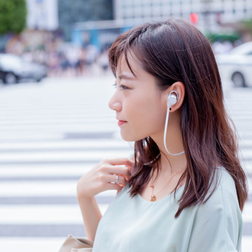 つなぐだけでスマホが劇的に便利に!音声で通知確認や返信もできるイヤホンが近未来