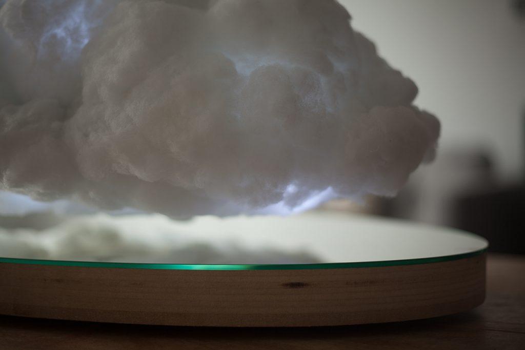 竜の巣だ!浮遊する雲間に稲妻光るBluetoothスピーカーが美しすぎる
