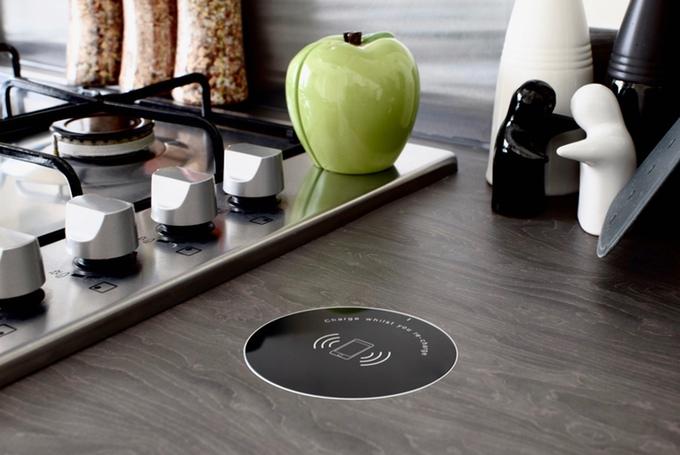 家具に埋め込めるワイヤレス充電器「Convenicharge」が超スッキリ
