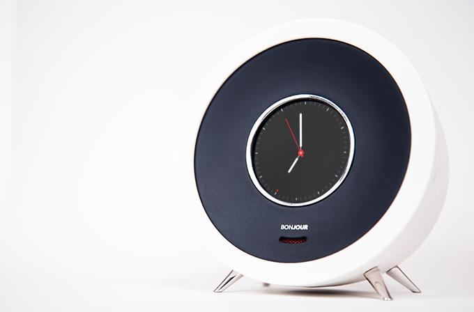 行動や好みを学習し、日々進化するAI搭載のスマートな目覚まし時計