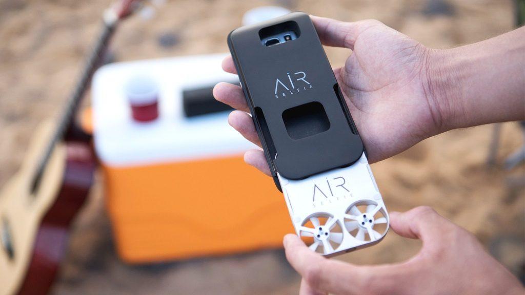 世界初!スマホケース内蔵ドローンで撮る空撮セルフィーの新習慣