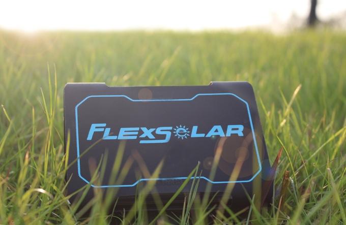 あらゆるデバイスに対応!持ち運びも便利なポケットサイズのソーラー式充電器