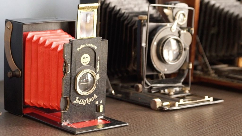たたずまいがキュンとくる。チェキ用フィルムを使う再生紙でできたクラシックカメラ