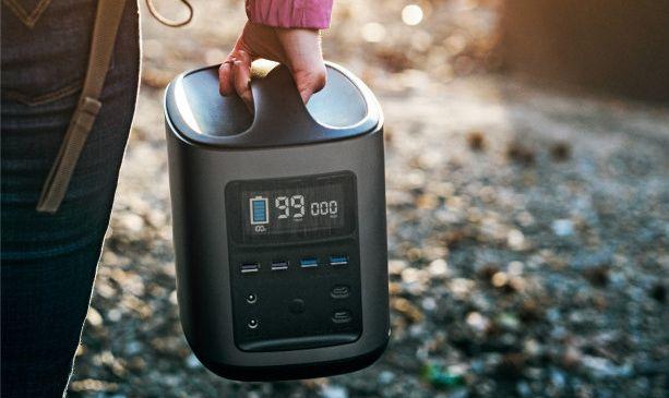 11のデバイスを同時充電!1年間も充電を保つポータブル電源
