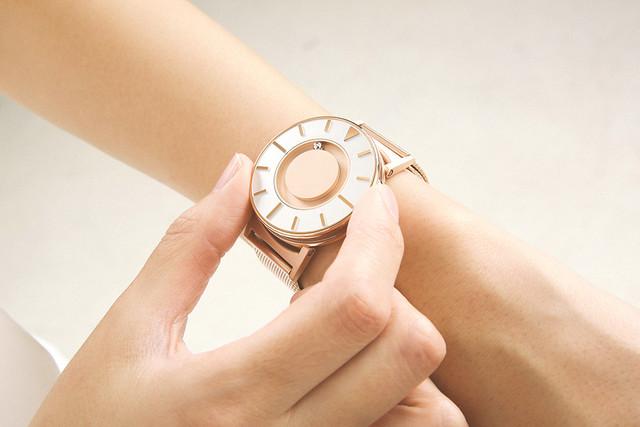 触ると時間がわかる。ユニバーサルデザインの腕時計
