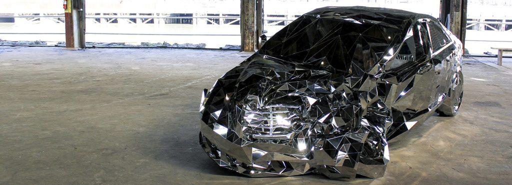 圧倒的な存在感。メルセデス・ベンツS550の事故車の鏡面仕上げステンレス彫刻