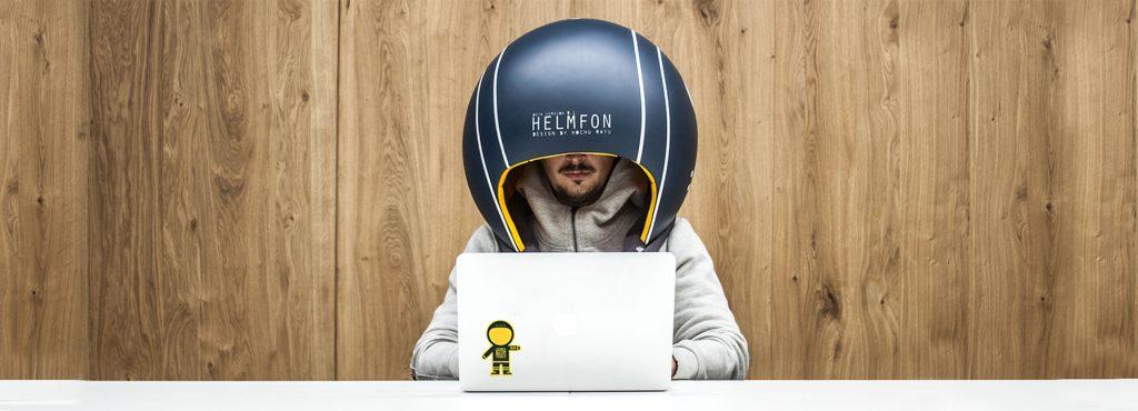 ナニコレ?かぶるだけで瞬時に専用空間と集中力が手に入る巨大ヘルメット