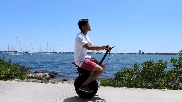 ファットタイヤが気持ちイイ!直感操縦でオフロード走行も可能な電動一輪車