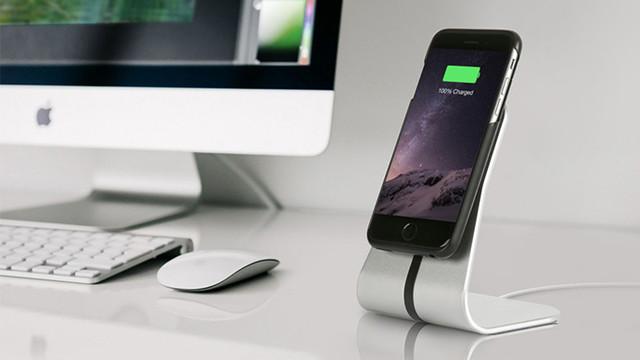 磁石で貼りつくワイヤレス充電器。置かずに充電できる