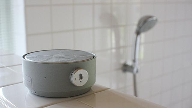 バスタイムも有意義に。音声アシスタント付きの「防水モバイルスピーカー」