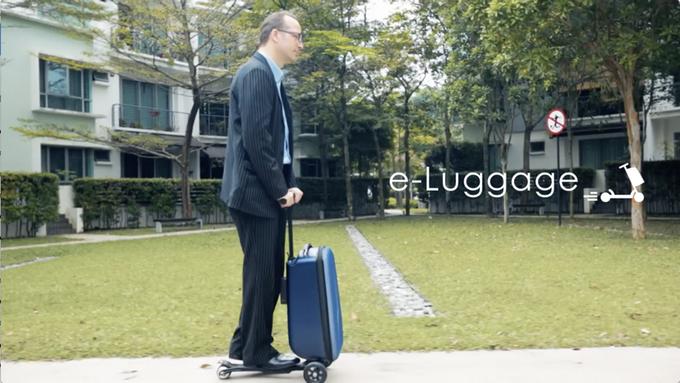 キックスクーターとスーツケースが一体化。海外出張の移動を快適にする「イーラゲッジ」