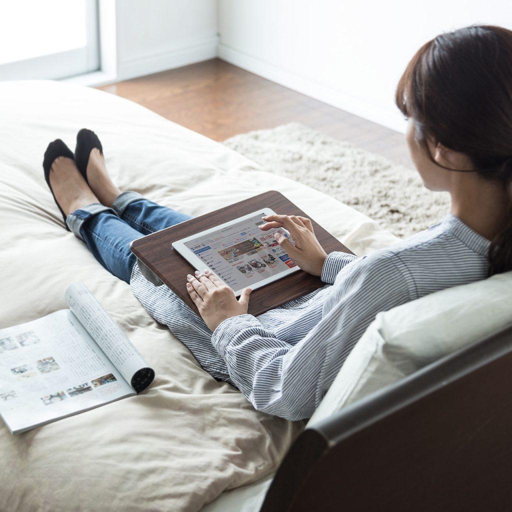 ベッドやソファでの作業にラクな「ひざ上テーブル」。どこでも作業がはかどる