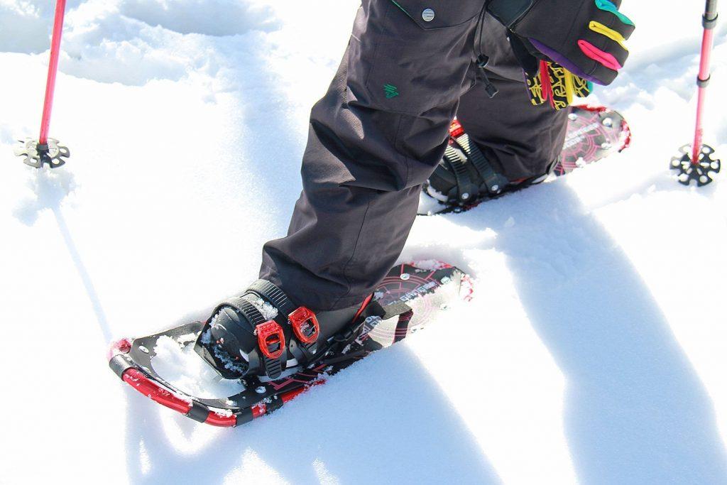 スノーシューのおすすめ人気モデル。冬山を楽しむ際にあると便利なギアをご紹介