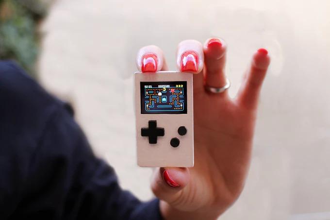 キーホルダーサイズのレトロ風超小型ゲーム機「PocketStar」