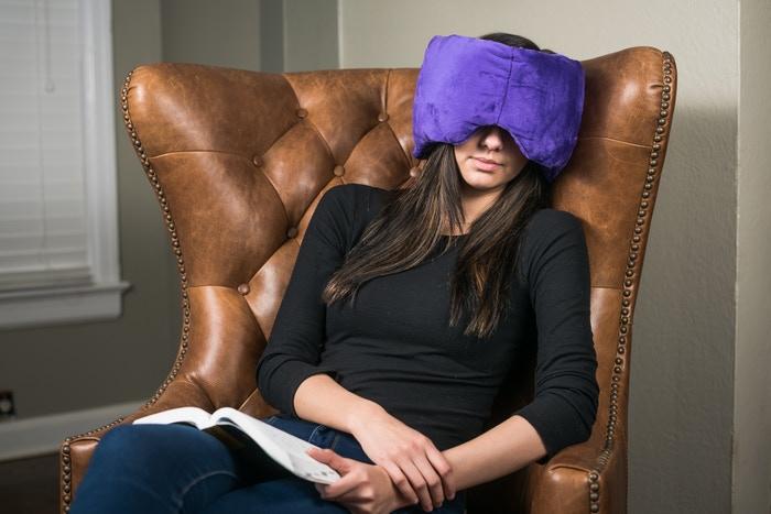 頭部に装着可能な新型枕「Dream Goggles」。移民救済の社会貢献プロダクト