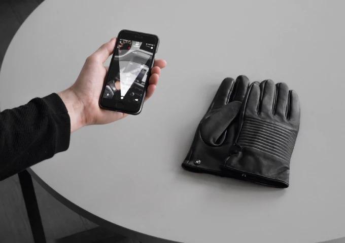 位置情報を知らせるスマート手袋「NAPOSPY」。これで紛失の心配なし