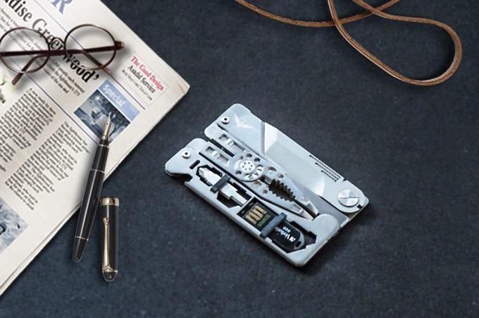 財布に収納できる万能工具「SUPRA TAG」。14の機能を備えた優れモノ