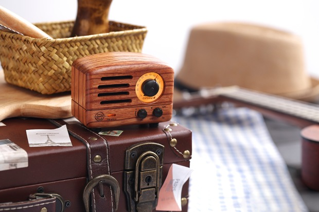ローズウッド木材使用のFMラジオ。ワイヤレススピーカーとしても使える