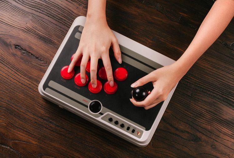ゲーセン気分が味わえるBluetoothコントローラー。Nintendo Switchにも対応