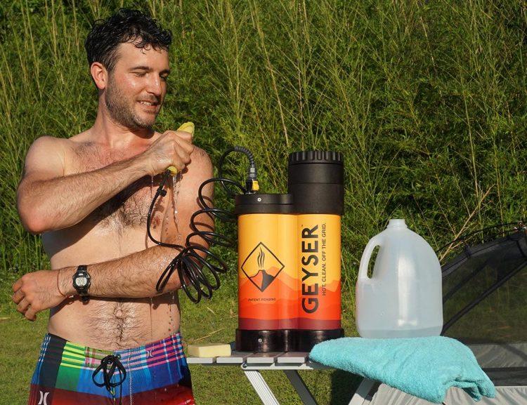 アウトドアでもホットシャワーが浴びられる「Geyser」。食器洗いにも活躍
