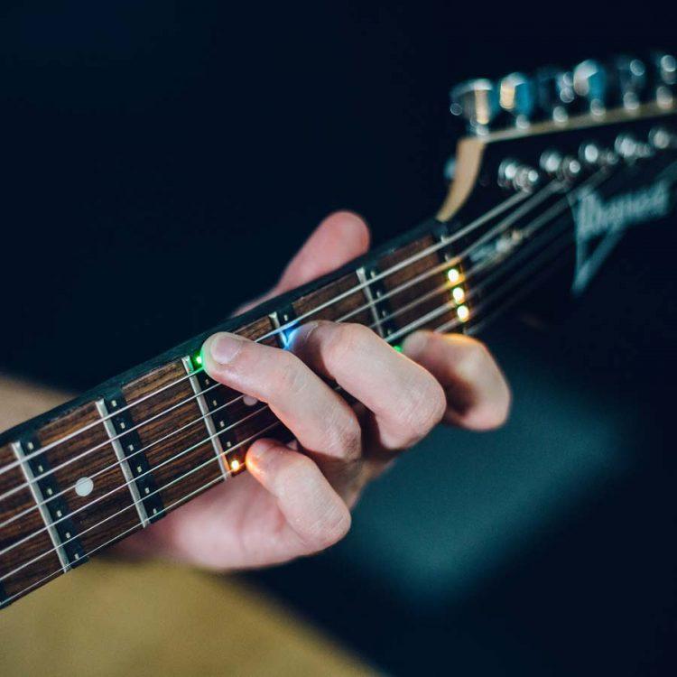 LEDで光って手取り足取りギターの弾き方を教えてくれる「Fret Zealot」