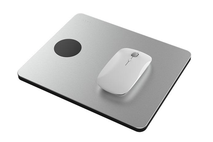 5台まで同時充電!モバイルバッテリーにもなるマウスパッド「PowerDock」