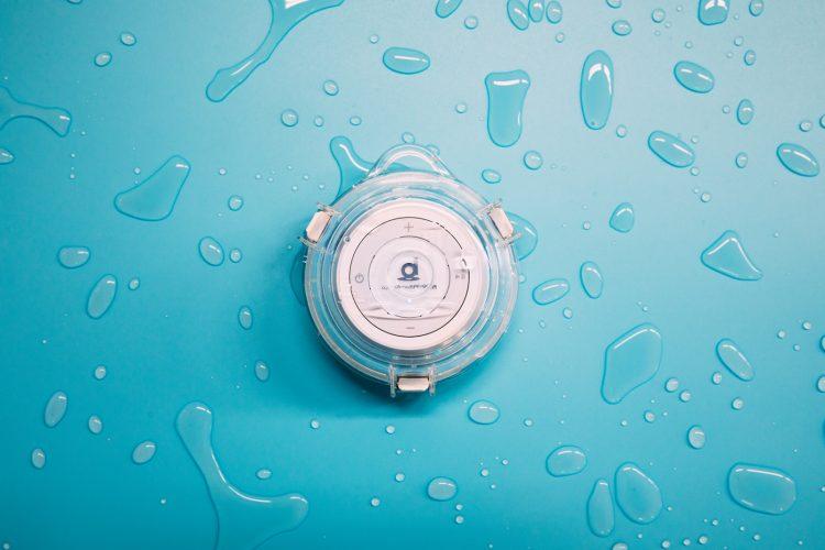 浴槽に沈めて音楽が聴けるスピーカーセット「docodemoSPEAKER×bathCAPSULE」