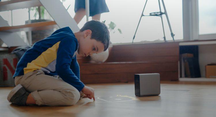 床も机もタッチスクリーンに!近未来のプロジェクター「Xperia Touch」