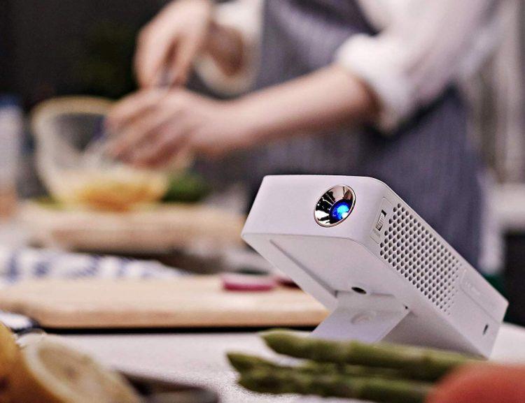 大迫力を楽しもう。コンパクトなプロジェクター「MiniBeam Projector」