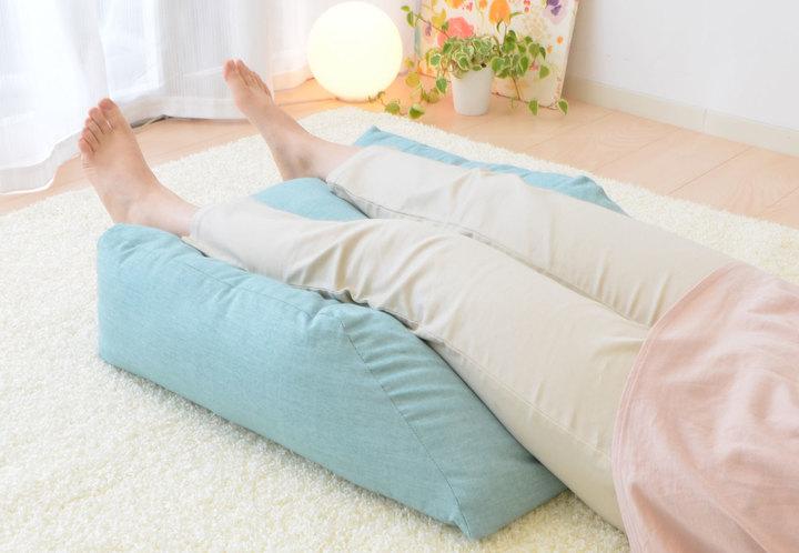 むくみ対策などのお助けアイテム「はじめての足枕」。お疲れの足に