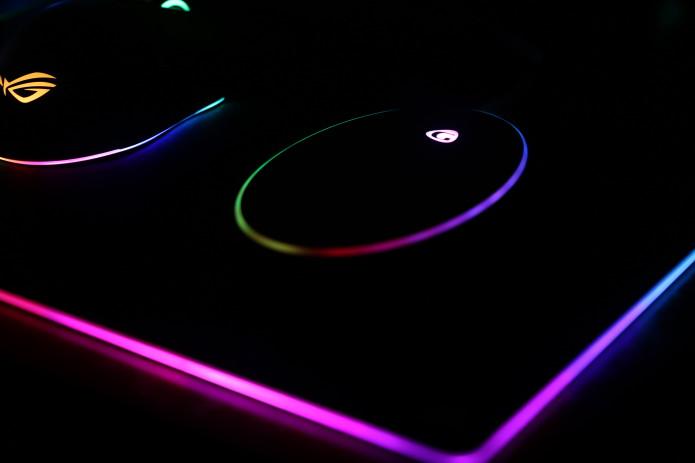 世界初のRGBライト内蔵。カラフルに光るワイヤレス充電機「MAGQI」