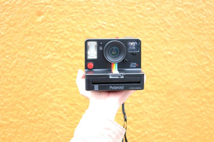 【レビュー】ポラロイドの新製品「ワンステップ プラス」。いつもを変える魔法のカメラ